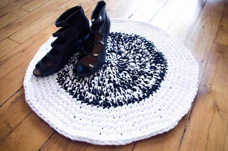 un tapis en noir blanc atelier svila. Black Bedroom Furniture Sets. Home Design Ideas